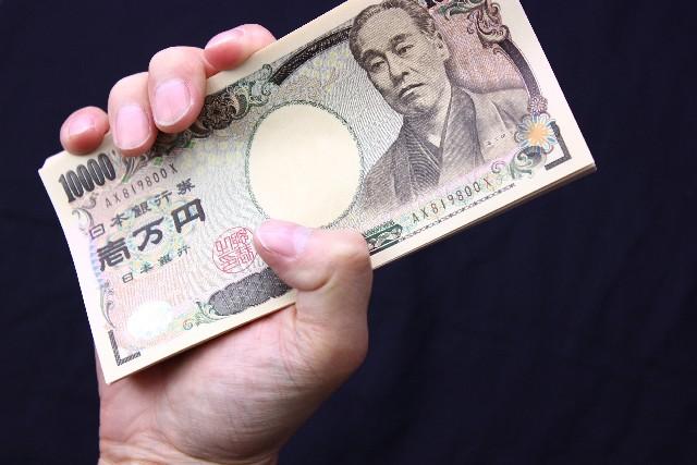 一万円を握る